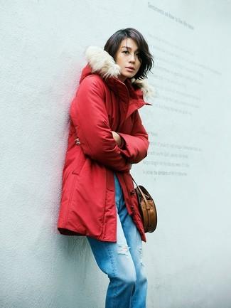 Comment porter: parka rouge, jean boyfriend déchiré bleu, sac bandoulière en cuir marron