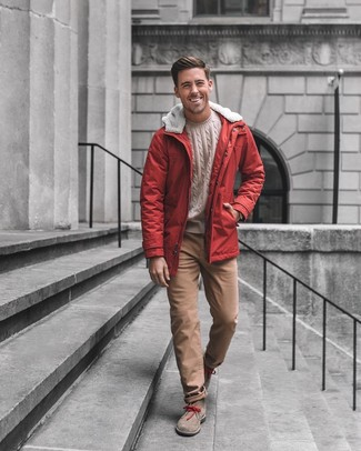 Comment porter: parka rouge, pull torsadé beige, pantalon chino marron, bottines chukka en daim marron