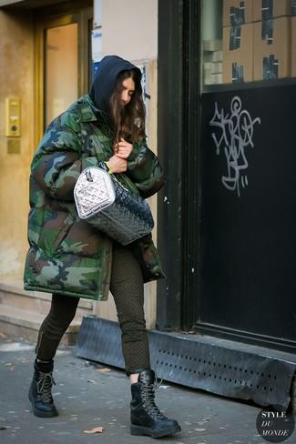 Comment porter: parka camouflage vert foncé, sweat à capuche noir, jean skinny imprimé olive, bottines plates à lacets en cuir noires