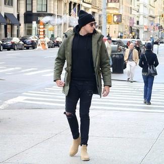 Comment porter: parka olive, sweat à capuche noir, jean skinny déchiré noir, bottines chelsea en daim marron clair