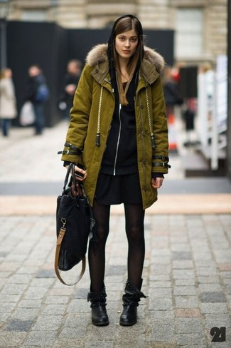Comment porter des bottes mi-mollet en cuir noires: Essaie d'harmoniser une parka olive avec un sweat à capuche noir pour une tenue relax mais stylée. Ajoute une paire de des bottes mi-mollet en cuir noires à ton look pour une amélioration instantanée de ton style.