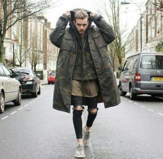 Comment porter: parka camouflage olive, sweat à capuche camouflage olive, t-shirt à col rond olive, jean skinny déchiré noir