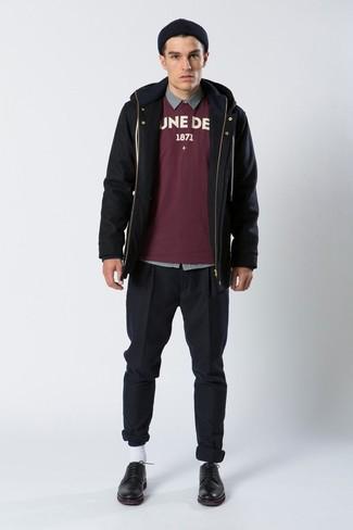 Comment porter: parka noire, sweat-shirt imprimé bordeaux, chemise à manches longues grise, pantalon chino noir