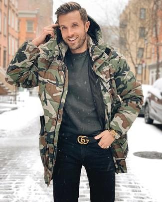 Comment porter: parka camouflage olive, sweat-shirt gris foncé, jean noir, ceinture en cuir noire
