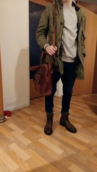 Comment porter un sac: Pour une tenue aussi confortable que ton canapé, pense à harmoniser une parka olive avec un sac. D'une humeur créatrice? Assortis ta tenue avec une paire de des bottes de loisirs en cuir marron foncé.