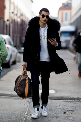Comment porter: parka noire, sweat-shirt imprimé gris, t-shirt à col rond blanc, jean noir
