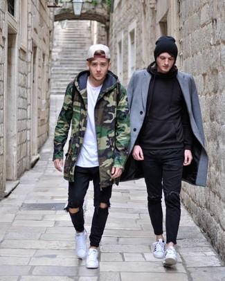 Comment porter: parka camouflage verte, t-shirt à col rond blanc, jean déchiré noir, baskets basses blanches