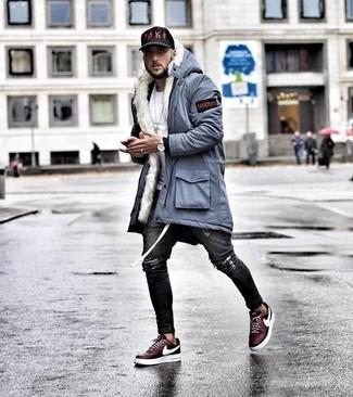 Comment porter: parka bleu clair, t-shirt à col rond blanc, jean skinny déchiré gris foncé, baskets basses bordeaux