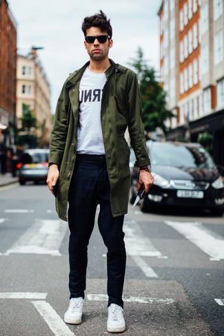 Comment porter: parka olive, t-shirt à col rond imprimé blanc et noir, pantalon chino à carreaux bleu marine, baskets basses en cuir blanches