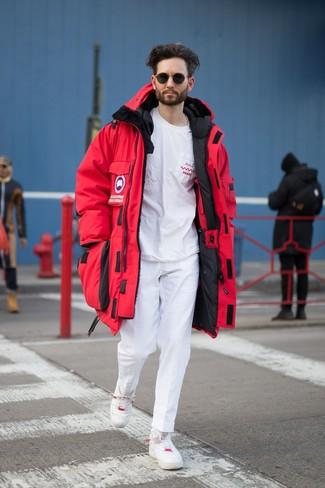 Comment porter: parka rouge, t-shirt à col rond imprimé blanc et rouge, pantalon chino blanc, baskets basses en cuir blanches