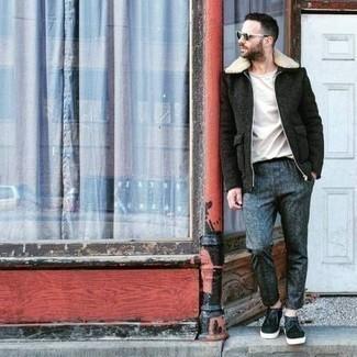 Comment s'habiller en hiver: Porte une parka en laine vert foncé et un pantalon chino bleu pour un look de tous les jours facile à porter. Une paire de des bottines chukka en cuir noires rendra élégant même le plus décontracté des looks. Ce look est un bel exemple du look totalement hivernal.