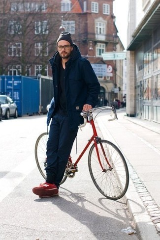 Comment porter: parka bleu marine, t-shirt à col rond noir, pantalon de jogging bleu marine, baskets basses rouges