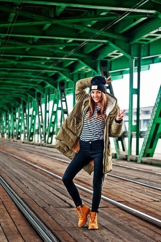 Comment porter des bottines à lacets en daim marron clair: Pense à harmoniser une parka olive avec un jean skinny bleu marine pour créer un style chic et glamour. Habille ta tenue avec une paire de bottines à lacets en daim marron clair.