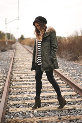 Comment porter: parka olive, t-shirt à manche longue à rayures horizontales blanc et noir, leggings en cuir noirs, bottines en daim olive