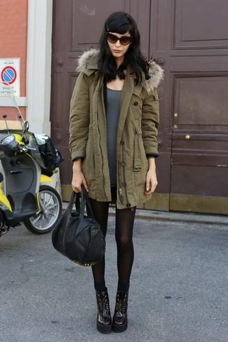Comment porter: parka olive, t-shirt à manche longue gris, minijupe noire, bottines à lacets en cuir bordeaux