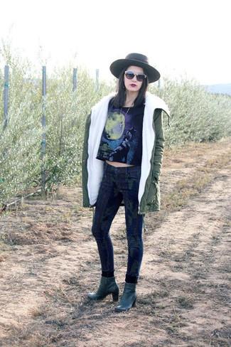 Comment porter: parka olive, top court imprimé noir, jean skinny camouflage bleu marine, bottines en cuir vert foncé