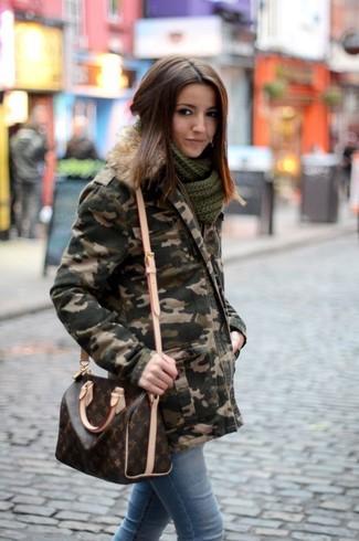 Comment porter: parka camouflage vert foncé, jean skinny bleu clair, sac bandoulière en cuir imprimé marron foncé, écharpe en tricot vert foncé