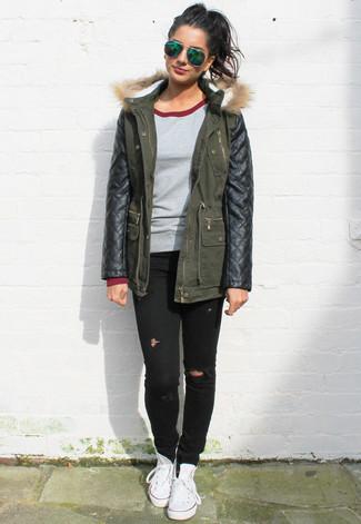 Comment porter: parka en cuir vert foncé, pull à col rond gris, jean skinny déchiré noir, baskets montantes en toile blanches