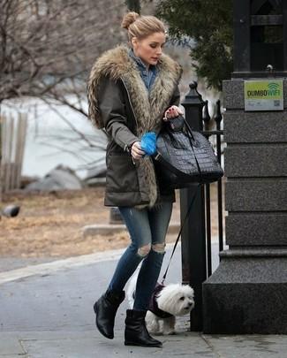 Comment porter: parka olive, veste en jean bleue, jean skinny déchiré bleu marine, bottines compensées en cuir noires