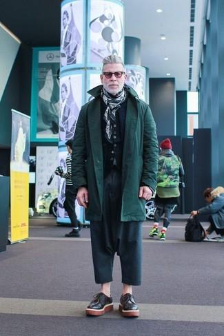 Tenue de Nick Wooster: Parka vert foncé, Veste sans manches matelassée bleu marine, Cardigan noir, Pantalon chino bleu canard