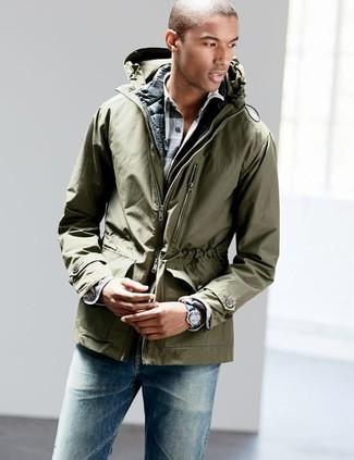 Comment porter: parka légère olive, veste sans manches matelassée noire, chemise à manches longues en vichy blanche et noire, jean bleu