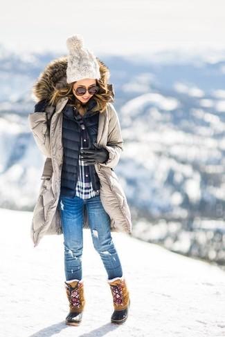 Marie une parka beige avec des gants en cuir noirs UGG pour une tenue relax mais stylée. Complète ce look avec une paire de des bottes d'hiver brunes claires.