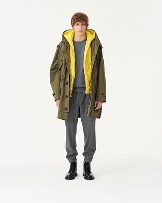 Comment porter: parka olive, veste sans manches matelassée jaune, pull à col rond gris, pantalon de jogging gris
