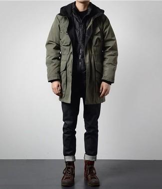 Comment s'habiller en hiver: Pense à porter une parka olive et un jean noir pour une tenue idéale le week-end. Jouez la carte décontractée pour les chaussures et assortis cette tenue avec une paire de des bottes de travail en cuir marron foncé. On craque pour ce look superbe, tellement hivernale.