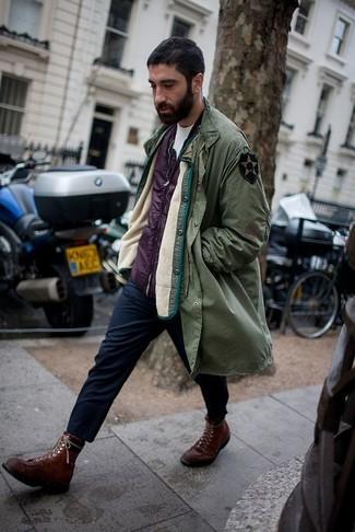Comment porter: parka olive, veste sans manches pourpre, t-shirt à col rond blanc, pantalon chino bleu marine