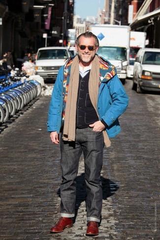 Comment porter: parka bleue, veste sans manches noire, t-shirt à manche longue blanc, jean gris foncé
