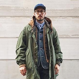 Comment porter: parka olive, veste sans manches matelassée olive, veste en jean bleu marine, chemise à manches longues bleu clair