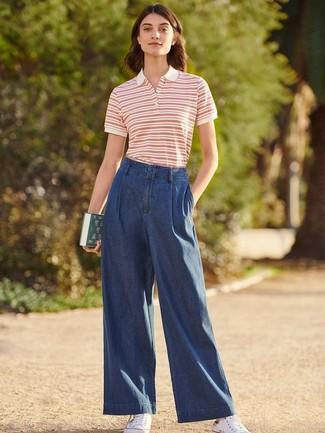 Comment porter: polo à rayures horizontales blanc et rouge, pantalon large en denim bleu marine, baskets basses en toile blanches