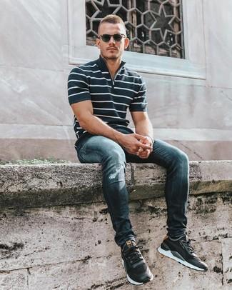 Comment porter: polo à rayures horizontales bleu marine et blanc, jean skinny déchiré bleu marine, chaussures de sport noires