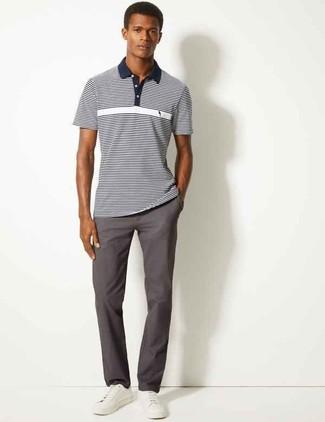 Comment porter: polo à rayures horizontales bleu marine et blanc, pantalon chino gris foncé, baskets basses en cuir blanches