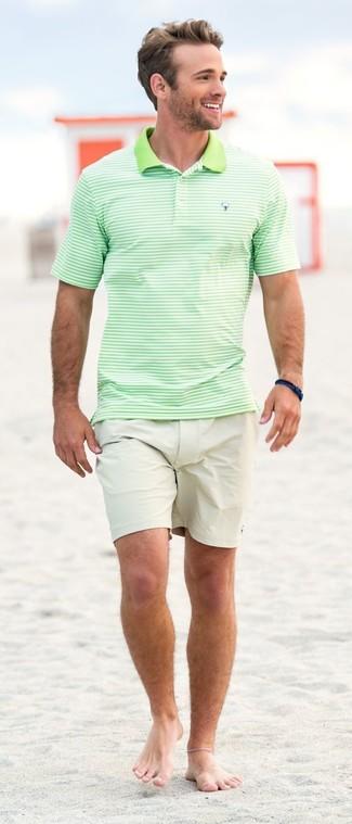 Comment porter: polo à rayures horizontales vert menthe, short beige, bracelet bleu marine