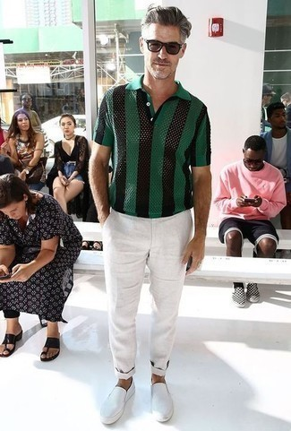 Comment porter un pantalon chino blanc: Harmonise un polo à rayures verticales vert foncé avec un pantalon chino blanc pour obtenir un look relax mais stylé. Cette tenue est parfait avec une paire de des baskets à enfiler blanches.