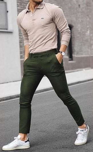 Comment porter: polo beige, pantalon chino olive, baskets basses en cuir blanches, montre en cuir noire