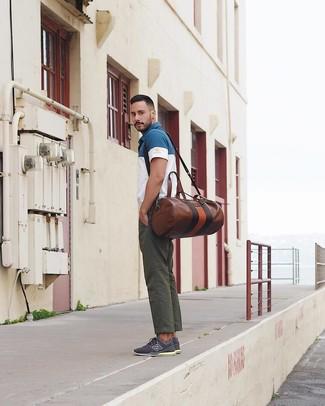 Comment porter un fourre-tout en cuir marron pour un style decontractés quand il fait très chaud à 30 ans: Marie un polo blanc et bleu marine avec un fourre-tout en cuir marron pour une tenue relax mais stylée. Une paire de des baskets basses bleu marine est une façon simple d'améliorer ton look.