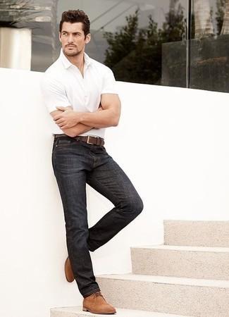 Comment porter des bottines chukka: Harmonise un polo blanc avec un jean bleu marine pour un déjeuner le dimanche entre amis. Fais d'une paire de des bottines chukka ton choix de souliers pour afficher ton expertise vestimentaire.