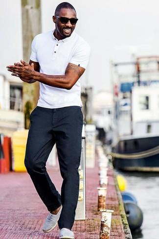 Tenue de Idris Elba: Polo blanc, Pantalon chino bleu marine, Baskets à enfiler en toile grises, Lunettes de soleil noires