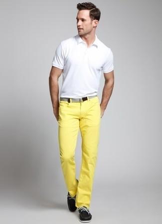 Comment porter: polo blanc, pantalon chino jaune, chaussures bateau en cuir noires, ceinture en toile grise