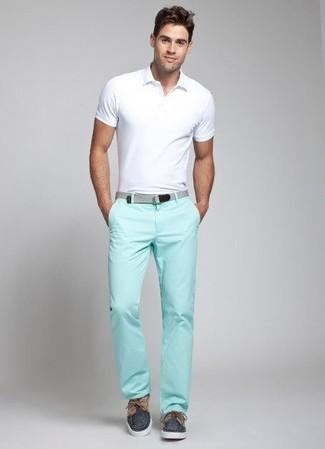 Comment porter: polo blanc, pantalon chino vert menthe, chaussures bateau en toile bleu marine, ceinture en toile grise
