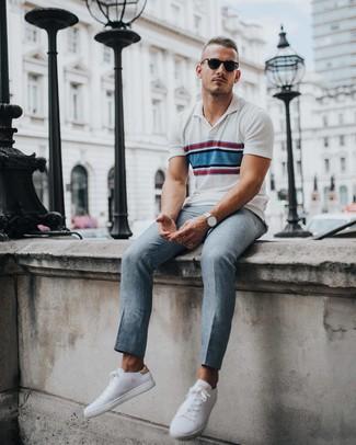 Comment porter: polo à rayures horizontales blanc, pantalon de costume gris, baskets basses blanches, montre argentée