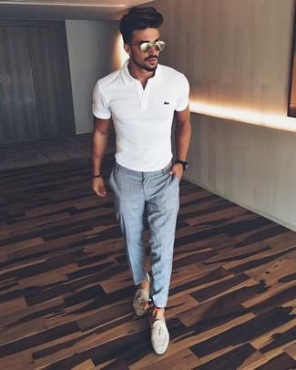Comment porter: polo blanc, pantalon de costume à carreaux gris, mocassins à pampilles en daim beiges, montre noire