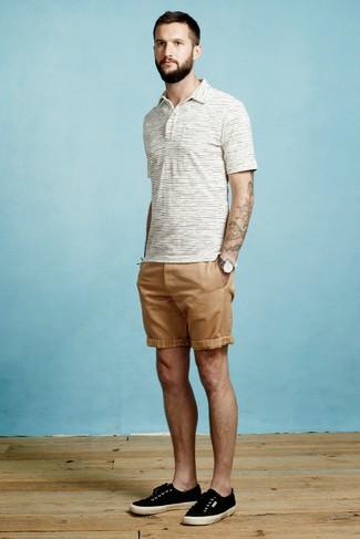 Comment porter: polo à rayures horizontales blanc, short marron clair, baskets basses en toile noires, montre en toile gris foncé