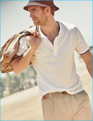 Comment porter: polo blanc, short marron clair, grand sac en toile marron clair