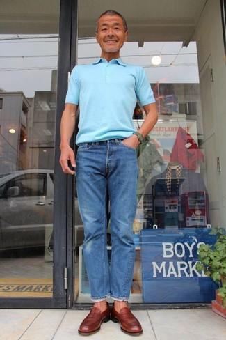 Comment porter: polo bleu clair, jean bleu, slippers en cuir marron, montre vert foncé