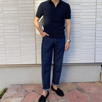 Tendances mode hommes: Pense à harmoniser un polo bleu marine avec un jean bleu marine pour une tenue idéale le week-end. D'une humeur audacieuse? Complète ta tenue avec une paire de mocassins à pampilles en velours noirs.