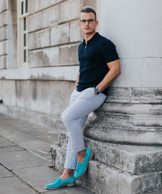 Comment porter: polo bleu marine, pantalon chino blanc, slippers en daim turquoise, montre en cuir noire