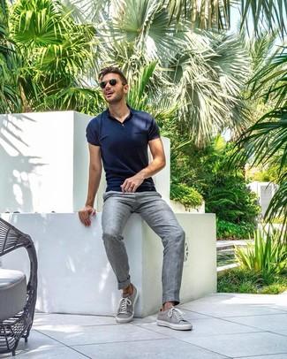 Comment porter: polo bleu marine, pantalon de costume en lin gris, baskets basses grises